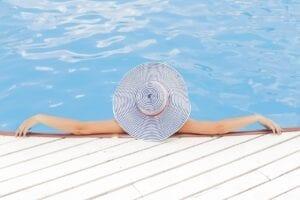 faire le pont au bord de la piscine