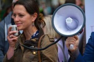 Femme exerçant sa liberté d'expression par mégaphone
